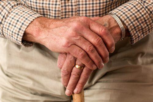 おじいさんのしわしわの手