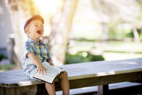 笑っていて幸せそうな小さな子供