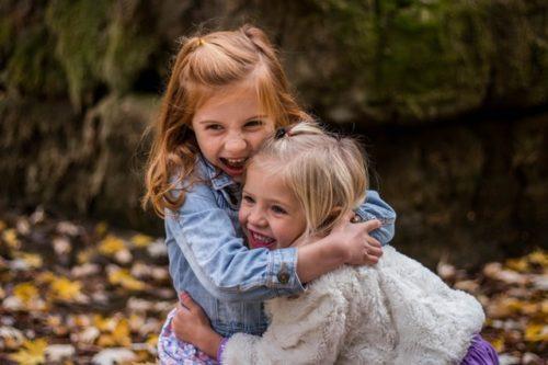 外国人の小さな女の子が二人で抱き合っている様子