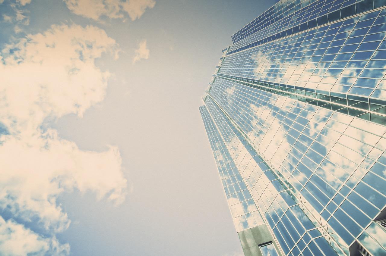 ビルに映る青い空