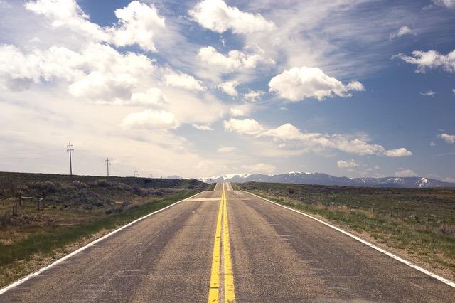 天気の良い空とまっすぐに続く道路