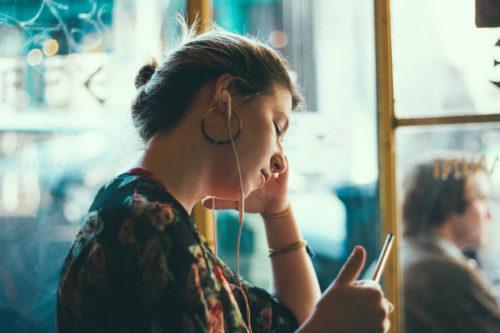 イヤホンで音楽を聴いている女の子