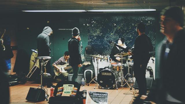 スタジオで練習しているバンド