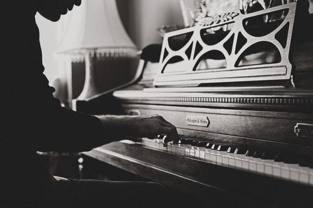 ピアノを弾いている男
