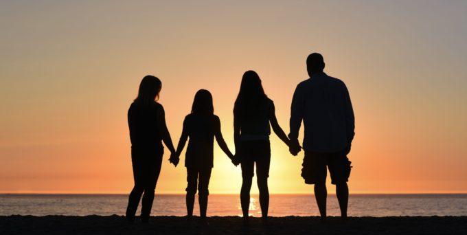 夕暮れに手をつなぐ家族