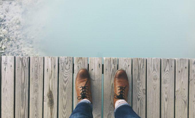 橋の上から見る足元