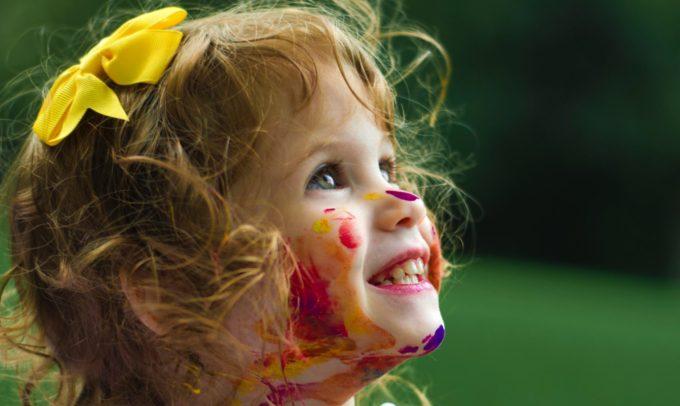 絵具で遊ぶ子供